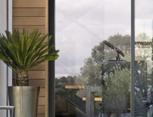 Baie vitrée RAL 7016 : le top sur un studio extérieur en bois