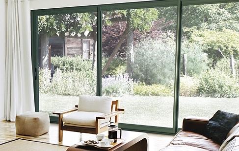 baie vitr e noire petite maison bois. Black Bedroom Furniture Sets. Home Design Ideas