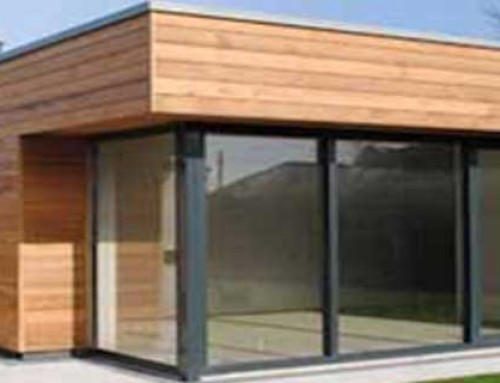 Une fenêtre aluminium sur mesure pour votre petite maison en bois ?