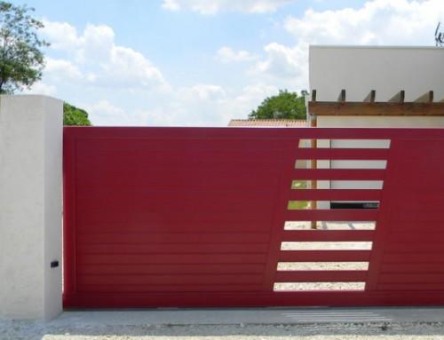 Un portail aluminium pour sublimer votre maison en bois